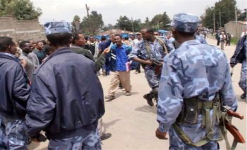 TPLF police and military fully armed & ready to attack peacefully protesting citizens (Credit: nazret.com)